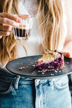 Unser veganer Heidelbeerkuchen mit dicken, veganen Butterstreuseln und feinem Mürbeteigboden aus blütenzarten Bio-Haferflocken ist ein Glücklichmacher!