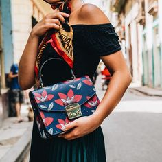 Make Spring lasts all year long. Furla Metropolis Top Handle sported by fashion influencer during our trip to Havana. Fab Bag, Prada Saffiano, Crossbody Bag, Tote Bag, Prada Bag, Unique Outfits, Luxury Handbags, Leather Handbags, Purses And Bags