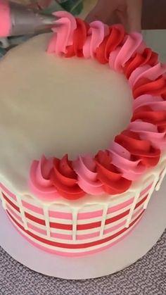 Beautiful cake decoration idea with cake tools Cake Decorating For Beginners, Creative Cake Decorating, Cake Decorating Techniques, Cake Decorating Tutorials, Cake Piping, Buttercream Cake, Professional Cake Decorating, Cake Decorating Frosting, Barbie Cake
