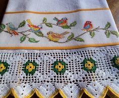 Pano de prato em tecido de sacaria, 100% algodão, bordado em ponto cruz no tecido cânhamo e barrado de crochê. Ideal para enxugar louças, decorar sua cozinha ou presentear R$ 49,95