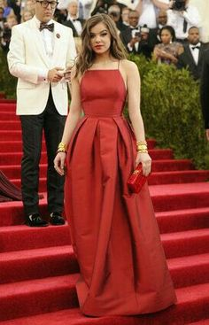 Hailee Steinfeld in a blood-red Michael Kors satin gown at 2015 Met Gala held at the Metropolitan Museum of Art in New York City Monday. Gala Dresses, Red Carpet Dresses, Nice Dresses, Formal Dresses, Satin Gown, Red Carpet Looks, Red Carpet Fashion, Beautiful Gowns, Look Cool
