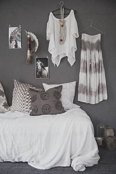 En midsommar-outfit  what is the brand and name of the charcoal grey on the wall?