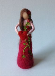 Un precioso waldorf inspirado hadas. Ella está hecha de merinowool usando la técnica para Afieltrar.  Ella es de 15,5 cm (6 pulgadas) de altura.   Nota: Esto no es un juguete.  Gracias por visitar mi tienda.