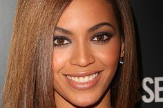 "Best Celebrity Makeup Looks for Brown Eyes  Beyonce Knowles  Knowles' warm brown eyes are the center of attention here because of the perfect balance of her makeup. When you wear strong eye makeup, ""nude lips ... help the eyes be the star,"" Turnbow says. So if you wear neutral lip colors, stay away from pastel eye shadows or ""colors that are too blah,"" Turnbow says, or your brown eyes won't pop."