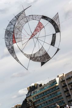 This very arty and asymmetric design was seen at the large Dieppe kite festival in France, in 2016. The photographer has managed to add to the art by including the contrasting straight lines of the large building behind. T.P. (my-best-kite.com)