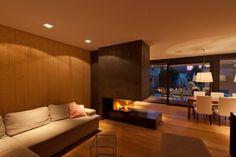 Finde moderne Wohnzimmer Designs in Schwarz: Wohnen am Pool – Wohnzimmer mit Kamin. Entdecke die schönsten Bilder zur Inspiration für die Gestaltung deines Traumhauses.
