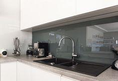 Arbeitsplatte in Kunststein und Glas Spritzschutz