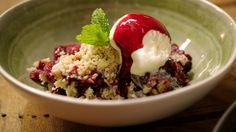 Crumble van rabarber en rood fruit met vanille-ijs | Dagelijkse kost