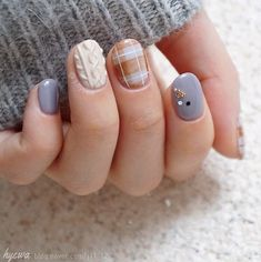 Nails Are the Coziest Kind of Nail Art We've Ever Seen Make your nails look cozy with sweater nail art.Make your nails look cozy with sweater nail art. Plaid Nail Art, Plaid Nails, Sweater Nails, Bridal Nails Designs, Wedding Nails Design, Gel Nail Designs, Winter Nail Art, Winter Nail Designs, Snowflake Nail Art