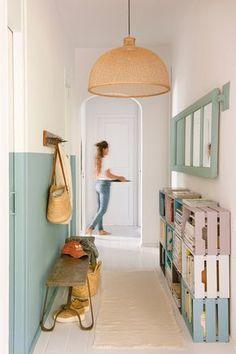 Pasillo con arrimadero en azul claro y cajas de colores a modo de revisteros_ 00451214