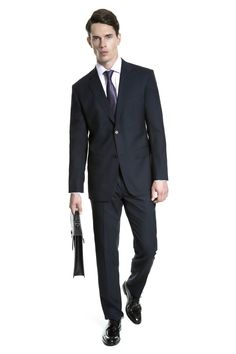 Camisa lilás, gravata de seda lilás com marinho, costume marinho risca de giz, pasta preta de couro texturizado e sapato inglês em couro box café.