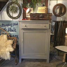 Petit buffet gris. 1 tiroir (57.5 x 37 x 9.5), et une étagère. Intérieur en bois brut. Buffet très pratique pour tous vos rangements.