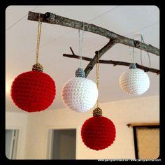 Hæklede julekugler! Crochet Christmas Ornaments, Christmas Baubles, Christmas Fun, Christmas Decorations, Crochet Decoration, Christmas Is Coming, Holiday Crafts, Crochet Projects, Diy And Crafts