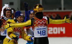 葛西選手の2回目のジャンプでメダルを確信し、笑顔で飛びつく日本代表3選手。(左から)竹内択選手、 伊東大貴選手、清水礼留飛選手(写真:ロイター/アフロ)
