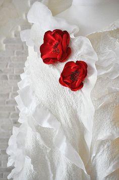 Палантин `Белая нежность`. Палантин выполнен в технике нуно из натурального шелка, тончайшей шерсти мериноса и шелковых волокон.   Нарядный и неповторимый.     Цветы акцентируют внимание и подчеркивают фактурность и нежность палантина.