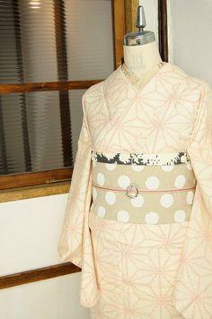 生成り色の地に、塩沢風の絣模様で赤色の麻の葉模様が織り出された紬の単着物です。
