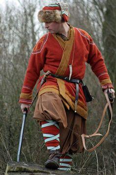 Hengist Wittes Sohn – Festgewand by federfrei on DeviantArt – original costume Viking Garb, Viking Reenactment, Viking Men, Viking Dress, Viking Costume, Viking Life, Medieval Costume, Viking Pants, Viking Warrior