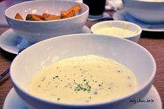 Dip de champiñones, tomates secos y mozzarella (para 4 – 6 porciones)  2 1/2 cucharadas de aceite de oliva 1 1/2 tazas de champiñones rebanados 1/2 taza de rodajas de tomate deshidratados 225 gramos de mozzarella fresca (envasada al agua) 3 cucharadas de jerez seco 2 cucharadas de romero fresco picado 1/4 - 1/2 cucharadita de copos de chile rojo sal y pimienta Una baguette cortada en rebanadas Aceite de oliva extra para cepillar la baguette