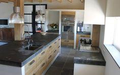 Houten keuken met ikea kasten, dig betonnen blad van 10 cm ter plaatse geplaatst. Ik vind deze combinatie van kleur mooi. Strak met hout