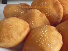 Hollow Donut Recipe (Banh Tieu) This is a traditional Viet treat that I haven't had since I was a child. But I do remember that they're delicious. Vietnamese Dessert, Vietnamese Cuisine, Donut Recipes, Dessert Recipes, Cooking Recipes, Vegetarian Recipes, Asian Desserts, Asian Recipes, Viet Food
