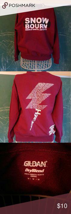 Gildan college ski sweatshirt sweater snow Warm, oversized burgundy Gildan sweatshirt printed for a college ski trip souvenir. Middle Earth is part of University of California, Irvine. Tagged size medium but runs big.   Chest 44 inches Hem band 32-42 Length 23.5  Sleeve length 24   Nonsmoking home. Gildan Tops Sweatshirts & Hoodies
