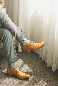 Você ponde mudar. Não é preciso ficar só no azul-marinho, use a criatividade pra usar meias coloridas masculinas.