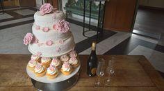 Ook eens wat anders willen dan anderen?! Dit bruidspaar wilde graag in plaats van alleen taart ook een laag cupcakes. Een mooie stapel taart met kant versiering en roze bloemen. Die ook weer terug komen in de cupcakes. Cupcakes, Desserts, Food, Tailgate Desserts, Cupcake, Deserts, Eten, Cupcake Cakes, Postres
