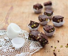 Čokoládovo-ořechové kostky s pistáciemi   Recepty Albert Marshmallows, Kitchen Hacks, Mini Cupcakes, Muffin, Baking, Breakfast, Recipes, Food, Rum