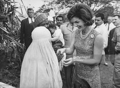 Jacqueline Kennedy (first lady of US) meets wife of the camel rider named Bashir - 1962 Karachi Pakistan. Jacqueline Kennedy Onassis, John F Kennedy, Family Photo Album, Youth Culture, Timeless Beauty, Beautiful People, Flower Girl Dresses, Pink Dress, Hollywood