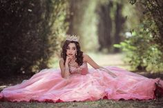 Summer Tutorial and Ideas Quince Pictures, Debut Photoshoot, Quinceanera Photography, Pretty Quinceanera Dresses, Disney Princess Dresses, Quince Dresses, Girl Poses, Photo Poses, Girl Photography