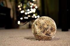 une boule de Noël décorative décorée d'ornements de pages de journaux