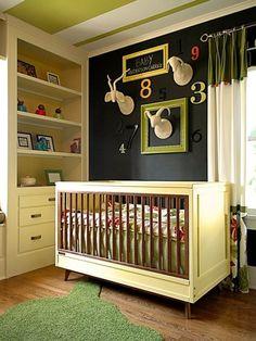 baby- und Kinderzimmer dunkle  wand farbige bilderrahmen