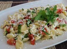 Orecchiette baresi con rucola, pomodorini e mozzarella