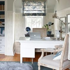 Got a home office? Suppress the cubicle ethos! The addition of decorative fabrics, elegant wallpapers and meaningful artwork helps add a positive element that both appeals to the eye and fosters creativity, resulting in a personalized workplace that will inspire you every day.  www.sarahrichardsondesign.com (photo: @staceysnaps) #sarahstyle #getinspired
