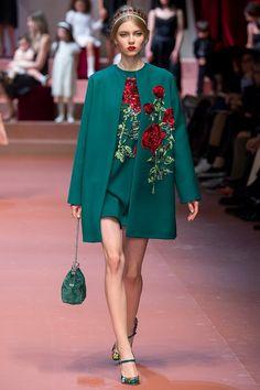 Настоящей одой женственности и материнству стал показ коллекции Dolce & Gabbana осень-зима 2015-2016. 90 женственных образов. Ни одной пары брюк. Только платья, блузы, юбки, романтичные шерстяные кейпы, жакеты с меховой отделкой