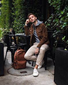How to wear: brown suede shirt jacket, grey hoodie, beige chinos, white Business Dress Code, Business Casual Dresses, Shorts Negros, Urban Fashion, Mens Fashion, Classy Fashion, Fashion Tips, Beige Chinos, Mode Man