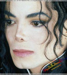 E minha boca permanece… Sem palavras emudece Decifrar te ? Não não sou capaz  Te amar ? Sim e sim mesmo que doa Eu posso mais !
