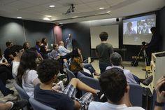 Alunos do Peretz conversam com jornalistas