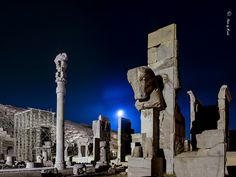 Persepolis- at night Around The World In 80 Days, Places Around The World, Travel Around The World, Around The Worlds, Persian Architecture, Ancient Architecture, Greco Persian Wars, Shiraz Iran, Iran Travel
