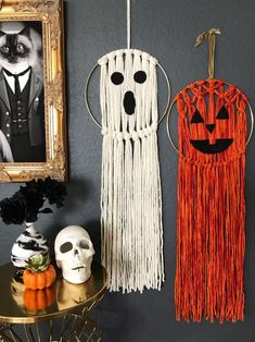 Do you love macramé but are knot challenged? DIY Network shares an easy Halloween wall hanging that is as easy as it is adorable. Halloween Wall Decor, Diy Halloween Decorations, Cute Halloween, Halloween Crafts, Halloween Ideas, Fall Decorations, Halloween Stuff, Holloween Wreaths, Halloween Knitting