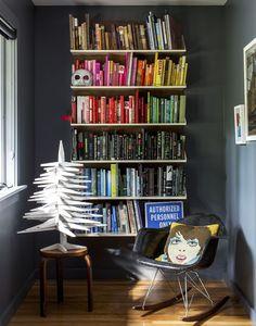 Em uma casa de 280m² dos anos 60 em Nova York, não faltam objetos divertidos e muitas cores. Desde os móveis até os acessórios que enfeitam a cozinha.