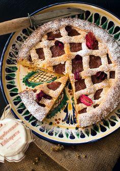 Чем дольше вы будете взбивать размягченное масло с сахаром, тем нежнее получится ваше тесто для пирога с вареньем. Выпекается такое тесто для пирога с вареньем 30-35 минут, после чего полностью охлаждается перед подачей.