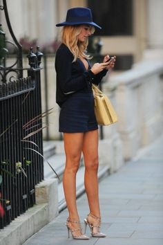 Outfit inspiration from the most fashion forward women around the world. Street style at its finest. Preppy Outfits, Mode Outfits, Summer Outfits, Style Désinvolte Chic, Mode Style, Pop Rocky, Pernas Sexy, Look Fashion, Womens Fashion