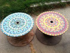 table basse touret deco, plateau recouvert de mosaique colorée, amenagement jardin, deco exterieur