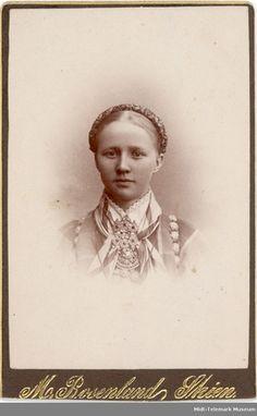 Brystbilde av ung kvinne i beltestakk: Kari Halvorsdtr. Folk, Museum, War, Movie Posters, Hipster Stuff, Popular, Film Poster, Forks, Folk Music