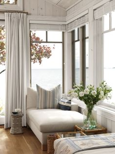 This space in Sarah Richardson's cottage isn't a window seat in the traditional sense - Beleuchtung Cozy Reading Corners, Cozy Corner, Reading Nooks, Book Nooks, Cozy Nook, Coffee Corner, Sarah Richardson, Style Cottage, Modern Cottage