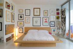 Parete di quadri in camera - Parete di quadri in camera per chi volesse esagerare con le stampe