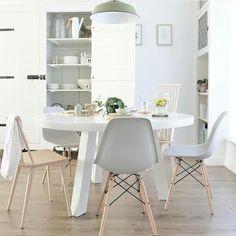 Bekijk de foto van ptd met als titel Ronde eettafel, mix van stoelen, kast van Silo 6, kleurencombinatie wit/grijs/groen/naturel hout [foto en styling door milou nieuwenhuis]. en andere inspirerende plaatjes op Welke.nl.