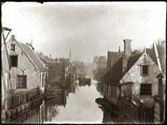 Vijf jaar nadat Olie deze foto nam, werd hier de De Clercqstraat aangelegd. Op de achtergrond de Westertoren en de in 1898 afgebroken molen 'De Victor'.