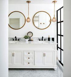 schönes modernes Bad weiß grau schwarz zwei runde Spiegel runde kleine Hängeleuchten